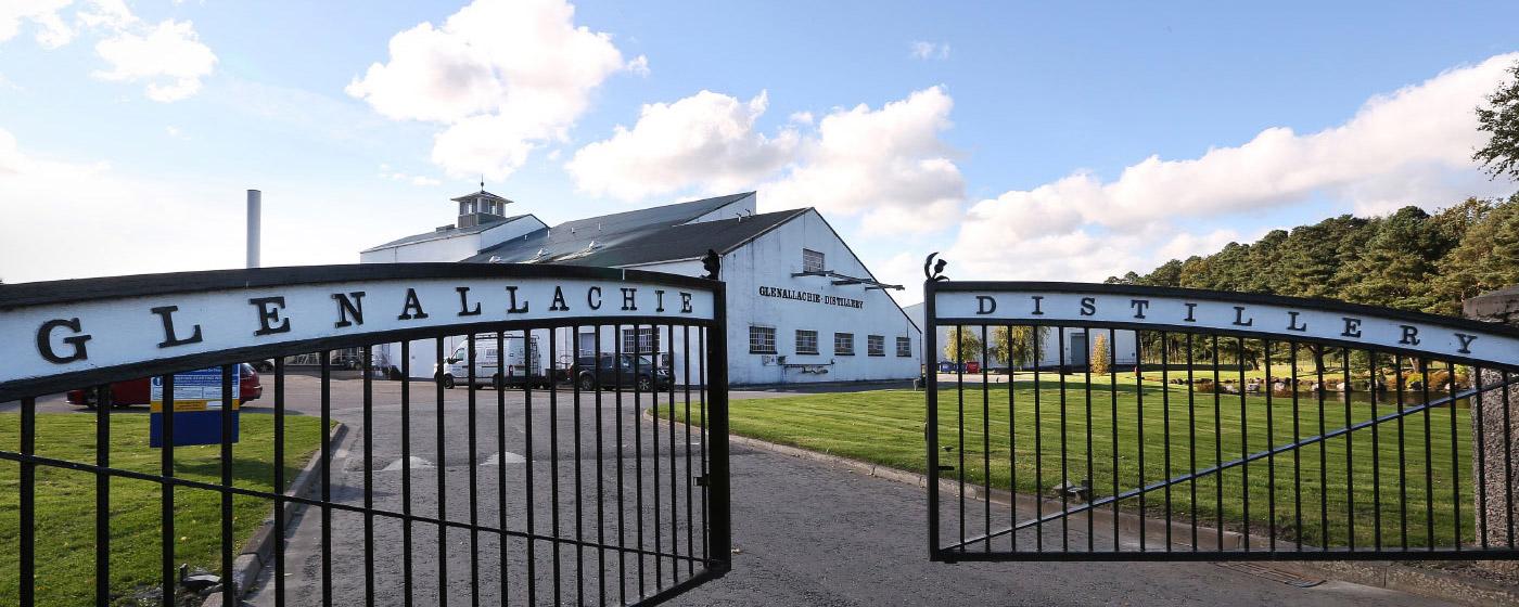 Eingangstor der GlenAllachie Distillery